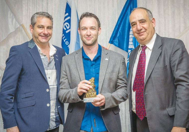 Rowan Polovin (center), SAZF chairman in the Western Cape, is awarded a prize for his contribution to the Jewish community from Ben Swarz (left), the SAZF's national chairman, and Israeli Ambassador Arthur Lenk (Marc Berman Photography)