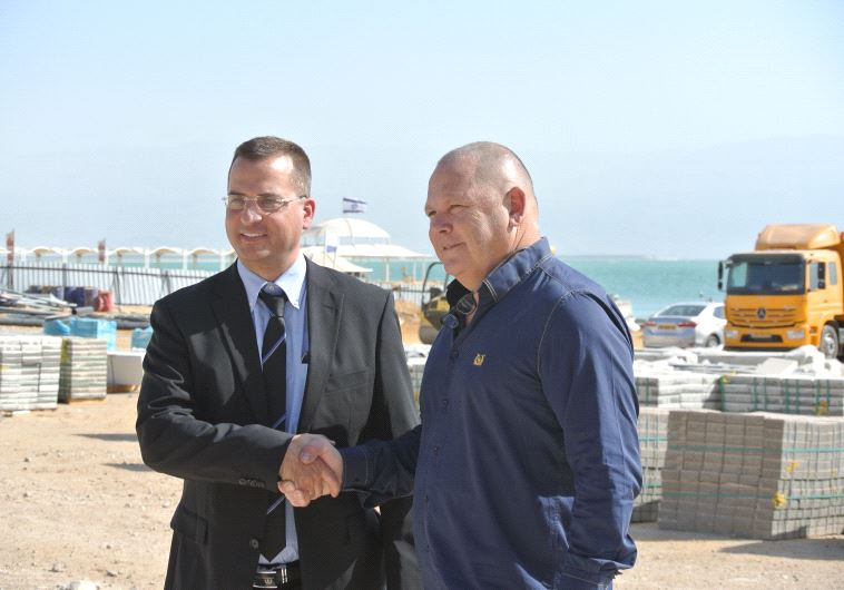 Dov Litvinoff, mayor of the Tamar Regional Council, shakes hands with Adv. Hagai Adoram, a representative of the developers of the new mall in Ein Bokek. (Seth J. Frantzman)