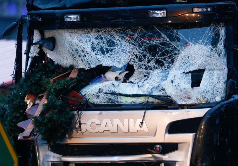 A damaged windscreen of a truck which ploughed through a crowd at a Christmas market in Berlin, Germany, December 20, 2016 (Reuters)