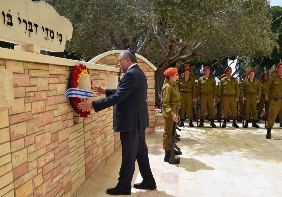 Defense Minister Avigdor Liberman lay a wreath at the Memorial Day Ceremony in Kiryat Shaul (ARIEL HERMONI/DEFENSE MINISTRY)