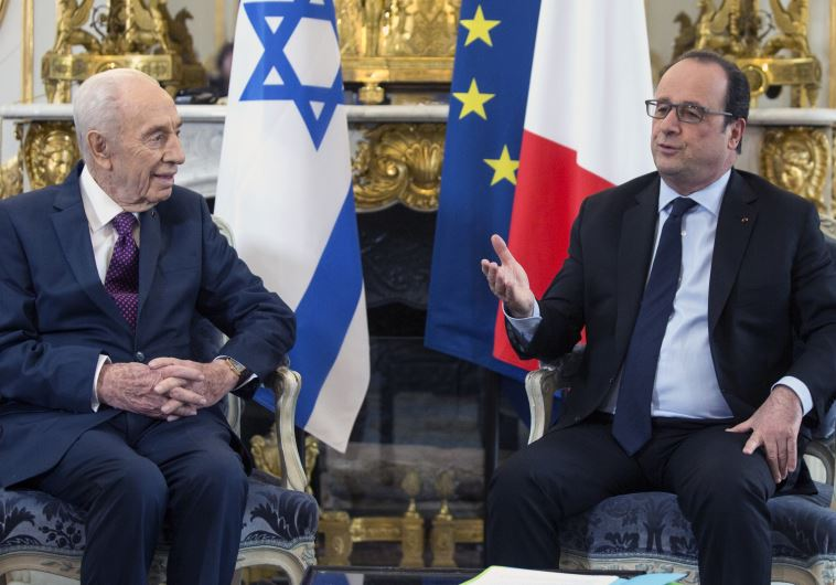 Former Israeli President Shimon Peres (L) discusses with French President Francois Hollande during a meeting at the Elysee Palace in Paris, France, March 25, 2016. REUTERS