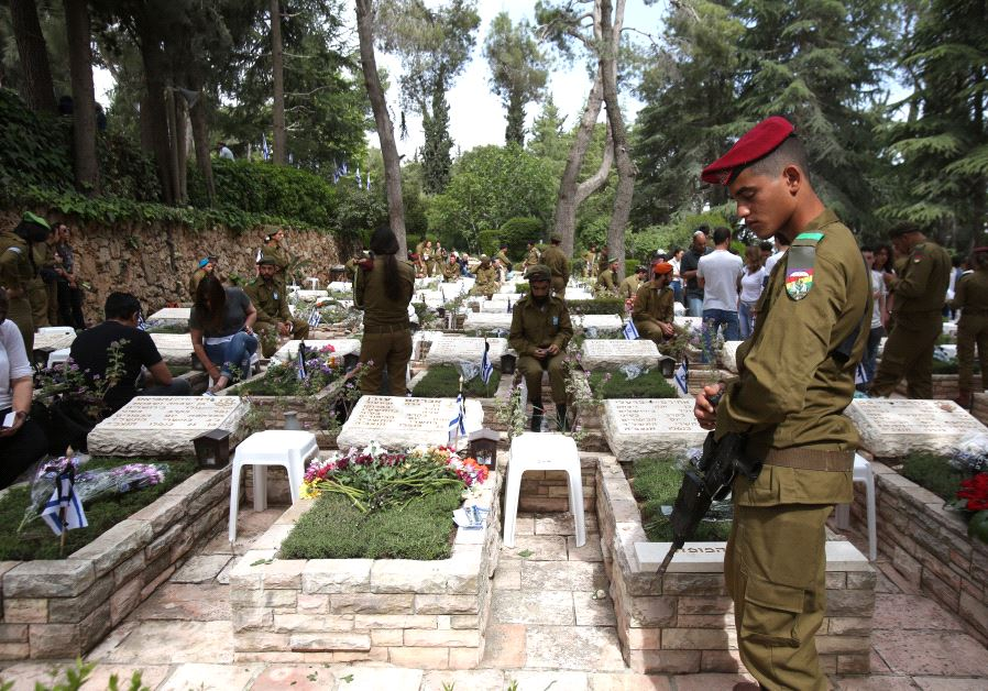 IDF soldiers at the national military cemetery on Mount Herzl in Jerusalem on Memorial Day, May 1, 2017 (MARC ISRAEL SELLEM)