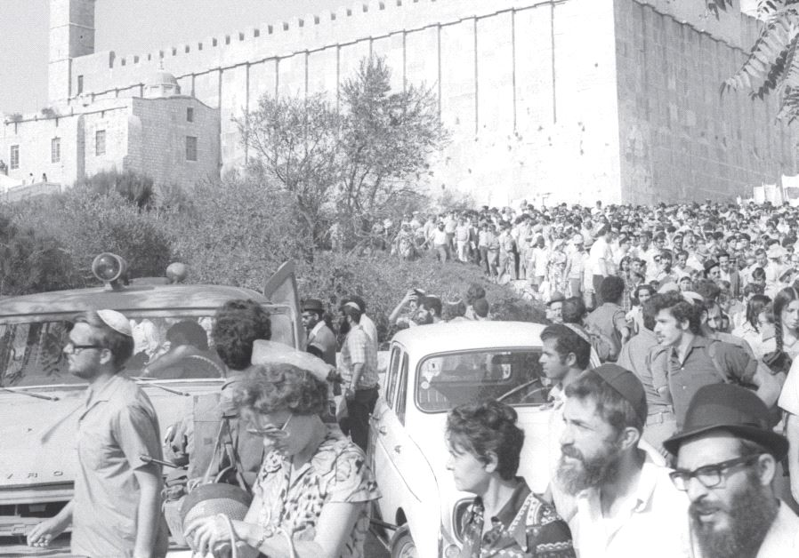 A procession to bury the remains of holy texts and objects destroyed by an Arab mob in the Tomb of the Patriarchs in 1976 (SA'AR YA'ACOV/GPO)