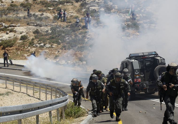 Israeli soldiers run during clashes with Palestinian protesters at a protest marking the 66th anniversary of Nakba, in the West Bank village of El Walaja near Bethlehem May 15, 2014 (REUTERS)