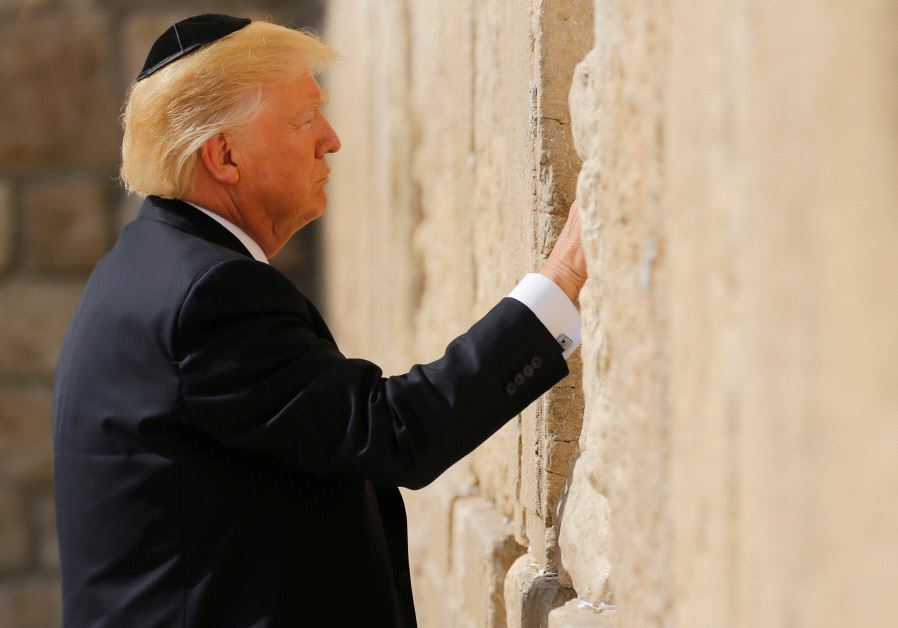 US President Donald Trump places a note in the stones of the Western Wall, Judaism's holiest prayer site, in Jerusalem's Old City May 22, 2017. (JONATHAN ERNST / REUTERS)