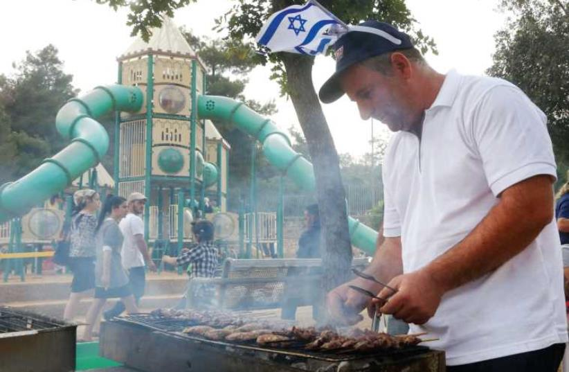 Barbecuing on Independence Day in Jerusalem's Sacher Park. (photo credit: MARC ISRAEL SELLEM/THE JERUSALEM POST)