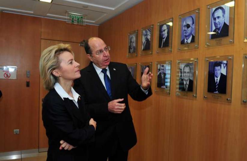 Defense Minister Ya'alon and German Defense Minister Ursula von der Leyen during her visit in 2014. (photo credit: ARIEL HERMONI / DEFENSE MINISTRY)