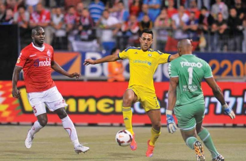 Maccabi Tel Aviv's midfielder Eran Zehavi and Hapoel Beersheba's goalkeeper Austin Ejide (photo credit: ASAF KLIGER)