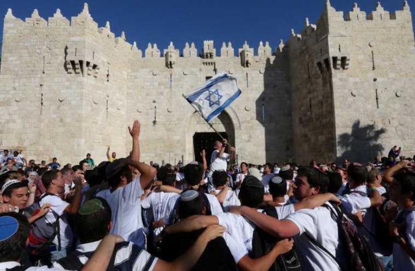 Jewish youth gather outside Damascus gate on 'Jerusalem Day,' May 17, 2015. (photo credit: MARC ISRAEL SELLEM/THE JERUSALEM POST)