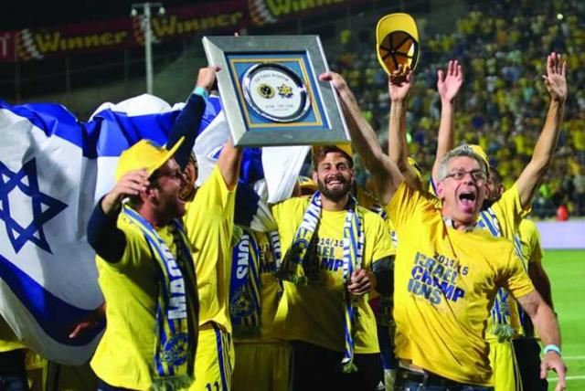 Maccabi Tel Aviv's Owner and players celebrating (photo credit: ADI AVISHAI)
