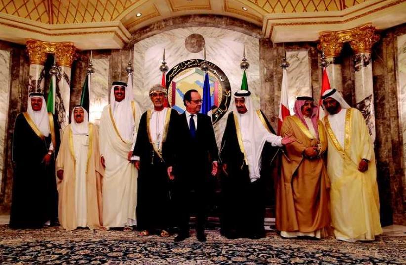 François Hollande, invité d'honneur du sommet du Golfe (photo credit: REUTERS)