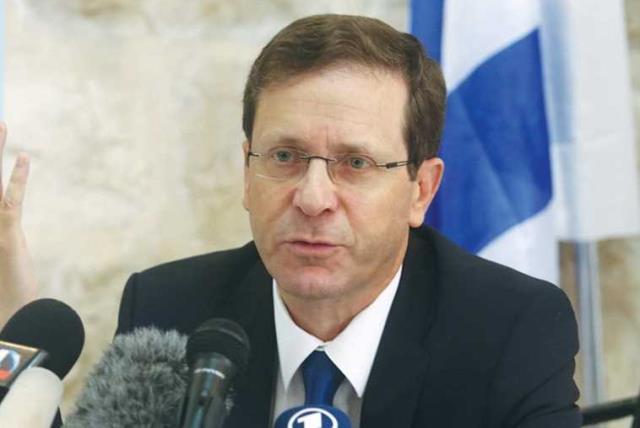 Zionist Union head Isaac Herzog speaks to the press (photo credit: MARC ISRAEL SELLEM)