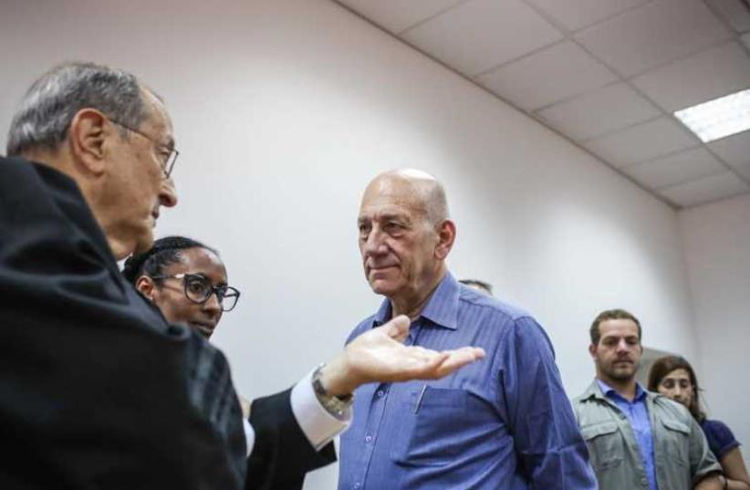 Ehud Olmert speaking with his lawyers, May 25, 2015 (photo credit: NOAM MOSKOVICH)