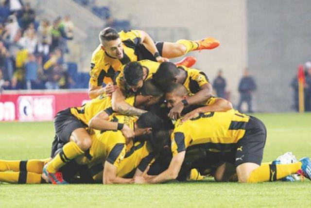 Beitar Jerusalem players celebrating (photo credit: ADI AVISHAI)