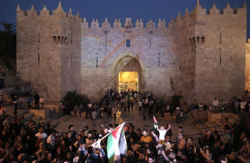 Police clash with Palestinians in Jerusalem (photo credit: AHMAD GHARABLI / AFP)