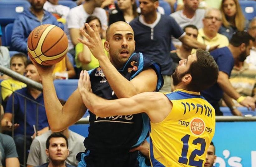Hapoel Eilat's Elishay Kadir and Maccabi Tel Aviv's Yogev Ohayon  (photo credit: ADI AVISHAI)
