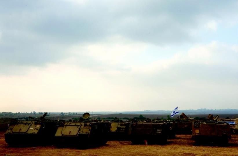 Chars israéliens aux abords de la bande de Gaza (photo credit: MARC ISRAEL SELLEM/THE JERUSALEM POST)