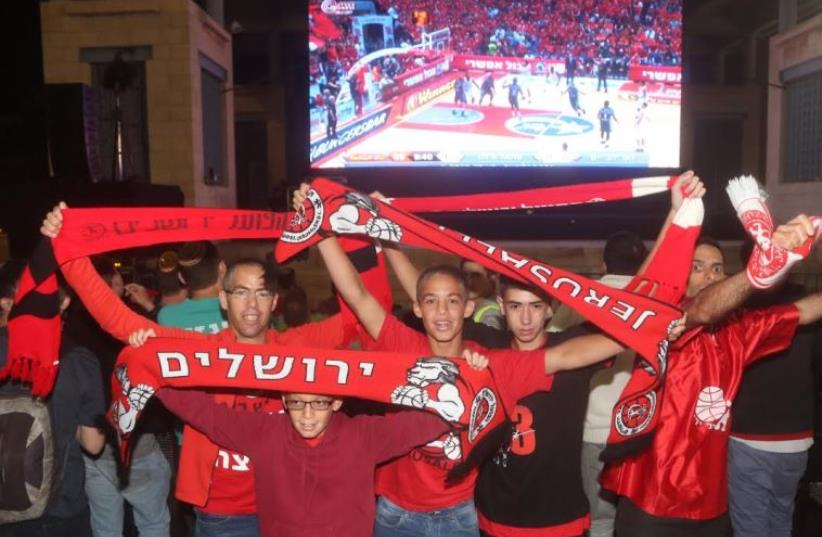Jerusalem basketball fans gather to watch big game.  (photo credit: MARC ISRAEL SELLEM)