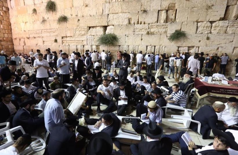 Worshippers at the Western Wall on the eve of Tisha Be'av, July 25, 2015 (photo credit: MARC ISRAEL SELLEM/THE JERUSALEM POST)