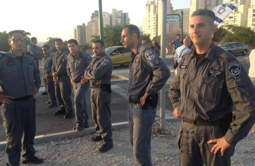 Police on guard in Ashkelon, August 16, 2016 (photo credit: POLICE SPOKESPERSON'S UNIT)