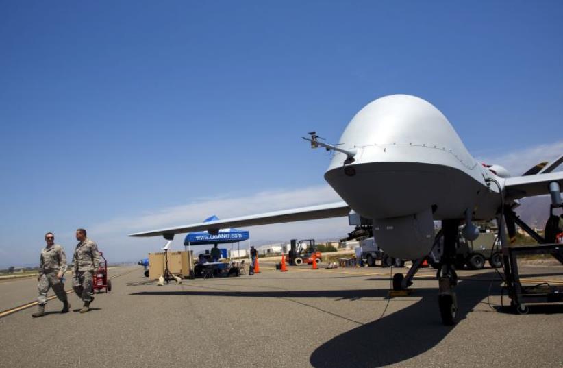 """Un General Atomics MQ-9 Reaper se tient sur la piste lors de """"Black Dart"""", une démonstration de tir réel en vol de 55 véhicules aériens sans pilote (crédit photo: REUTERS)"""