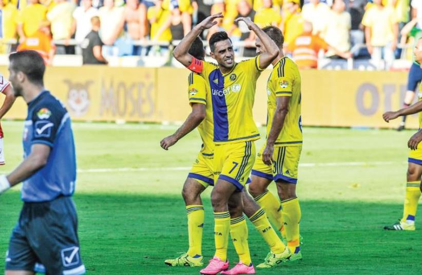 Maccabi Tel Aviv midfielder Eran Zahavi (center)  (photo credit: ASAF KLIGER)