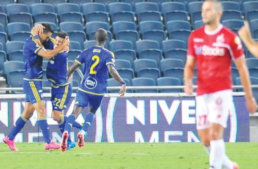 Maccabi Tel Aviv teammates celebrate after securing a 1-0 victory over Hapoel Beersheba (photo credit: ADI KRINGEL)