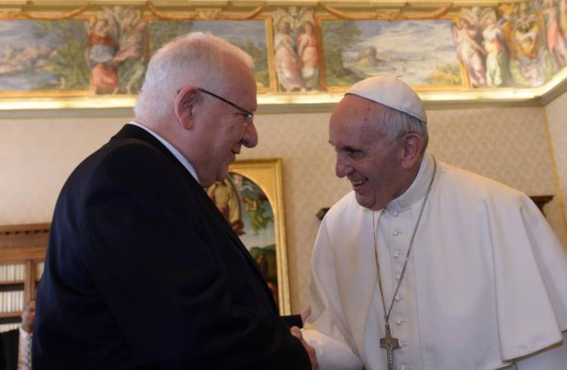 President Reuven Rivlin meets with Pope Francis for an official state visit at  at the Vatican, September 2015 (photo credit: HAIM ZACH/GPO)