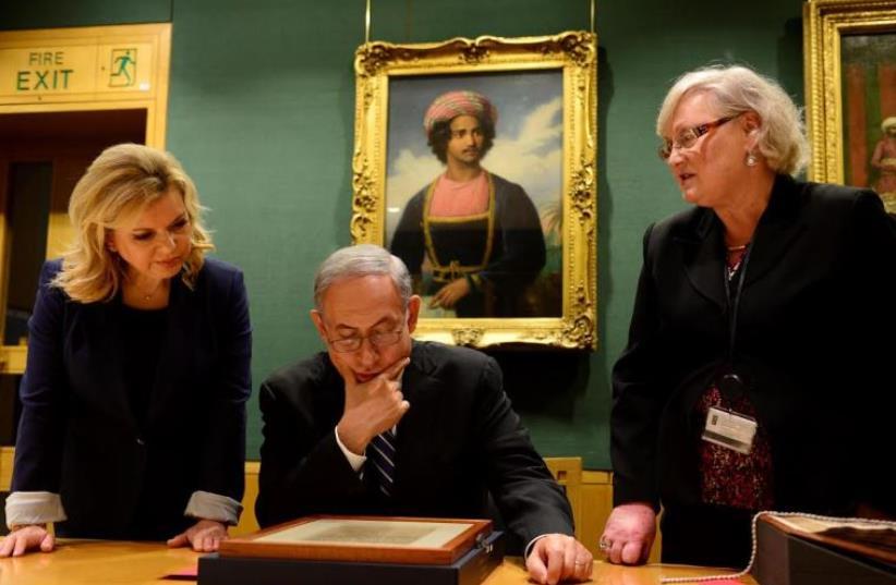 Sara and Benjamin Netanyahu view th Balfour Declaration at the British Library  (photo credit: GPO)
