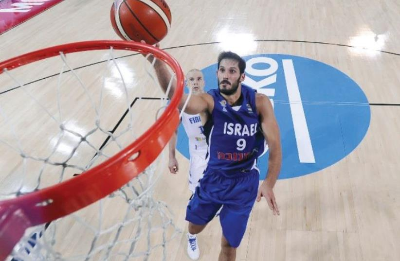 Israel forward Omri Casspi leaps for a layup (photo credit: FIBA EUROPE WEBSITE)