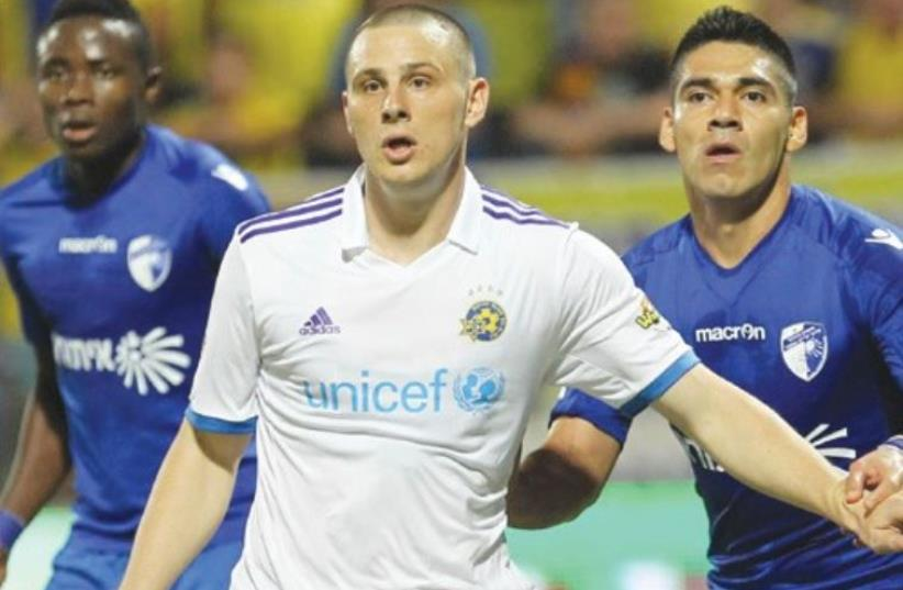 Maccabi Tel Aviv striker Dejan Radonjic (center) couldn't convert his scoring opportunities and the yellow-and-blue was forced to settle for a 1-1 draw last night at Ironi Kiryat Shmona (photo credit: DANNY MARON)