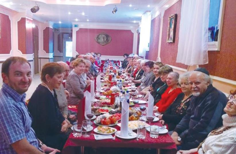 MEMBERS OF THE community take part in a Rosh Hashana meal at the Hesed-Tshuva Jewish center in Ryazan, Russia (photo credit: FACEBOOK)