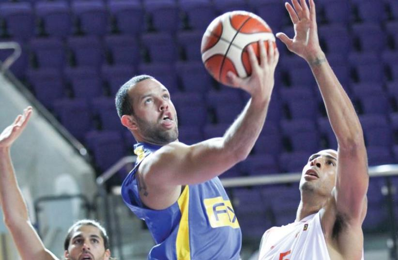 Maccabi Tel Aviv guard Jordan Farmar led all scorers with 23 points in Thursday night's 84-54 win over Ironi Ness Ziona in their Winner Cup quarterfinal in Holon (photo credit: DANNY MARON)