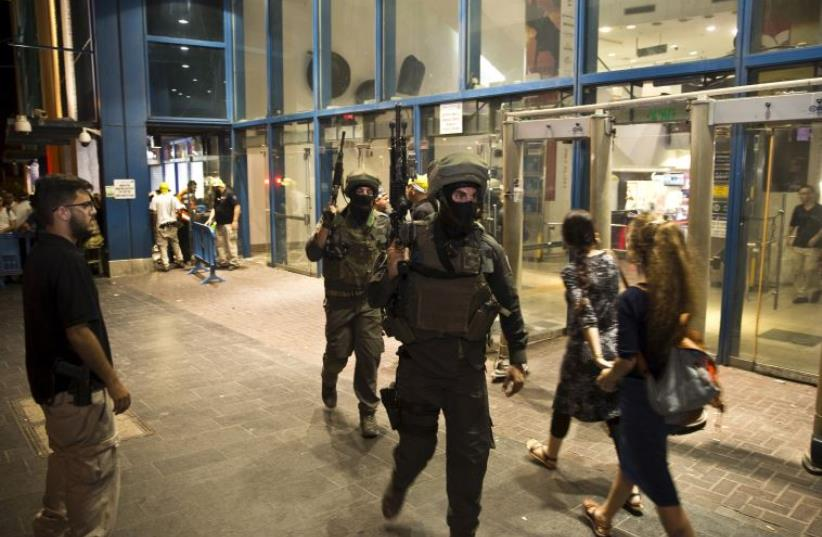 IDF special forces walk out of the Central Jerusalem Bus Station after a Palestinian stabbed an Israeli woman outside the terminal, October 14, 2015 (photo credit: REUTERS)
