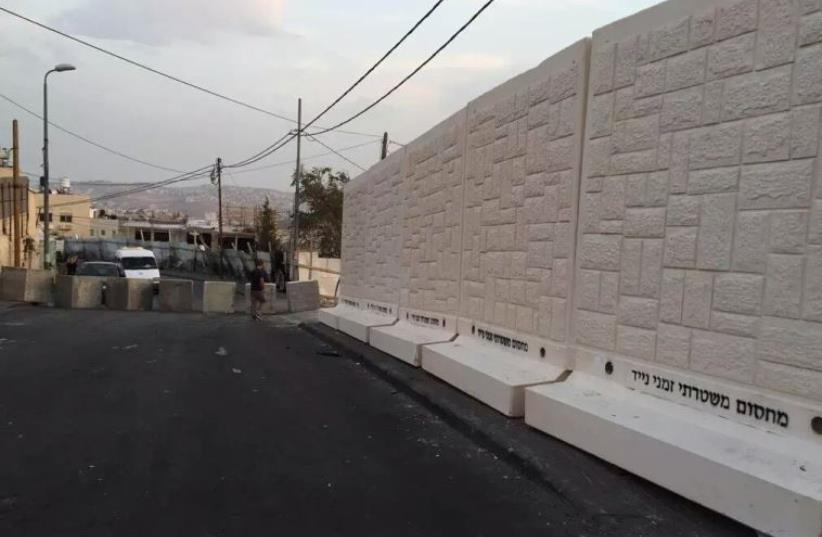 Installing of temporary wall between Armon Hanatziv and Jebl Mukaber in Jerusalem (photo credit: SHLOMO MOR)