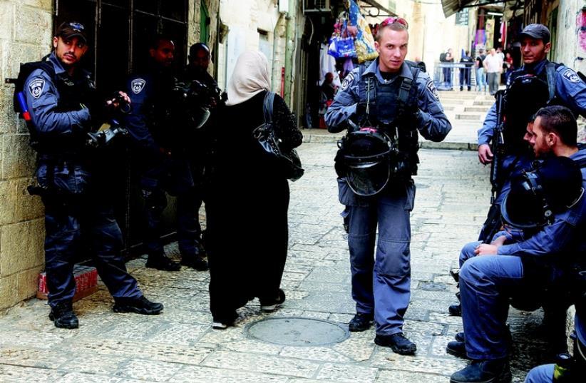 Policiers dans la Vieille ville (photo credit: SETH J. FRANTZMAN)