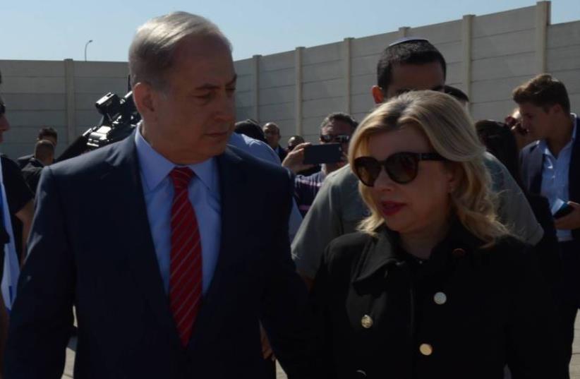 Prime Minister Benjamin Netanyahu and his wife Sara board plane for Berlin (photo credit: AMOS BEN-GERSHOM/GPO)