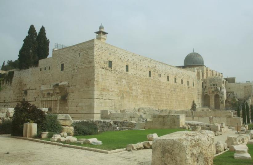 Al Aksa Mosque (photo credit: MARC ISRAEL SELLEM/THE JERUSALEM POST)