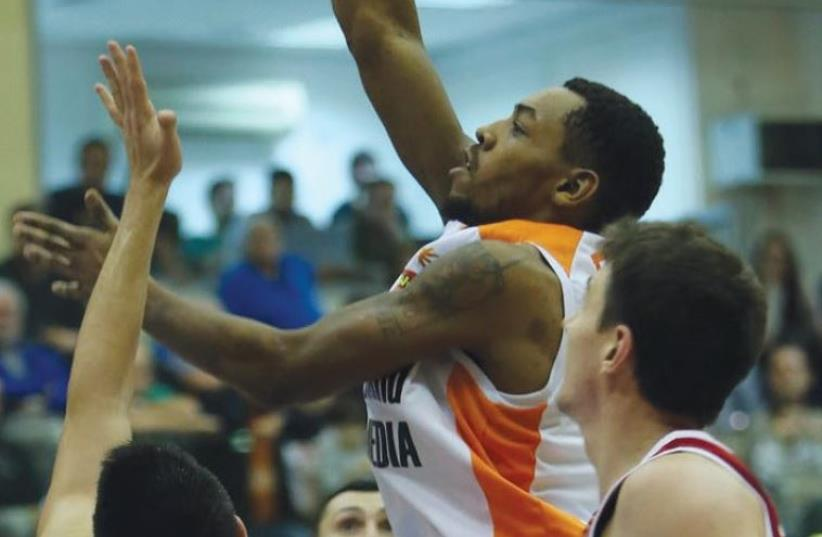 Maccabi Rishon Lezion guard Mark Lyons had 19 points and seven assists in last night's 89-83 double-overtime win over Hapoel Jerusalem. (photo credit: UDI ZITIAT)