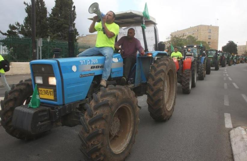 Farmers on tractors demonstrating in Jerusalem, November 9, 2015 (photo credit: MARC ISRAEL SELLEM)