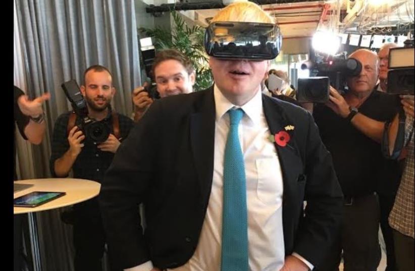 London Mayor Boris Johnson tests Virtual Reality technology at Google Campus Tel Aviv event (photo credit: NIV ELIS)