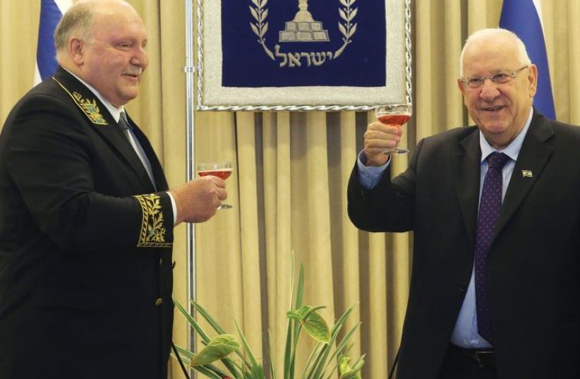 Alexander Shein presents his credentials to President Reuven Rivlin (photo credit: MARC ISRAEL SELLEM/THE JERUSALEM POST)