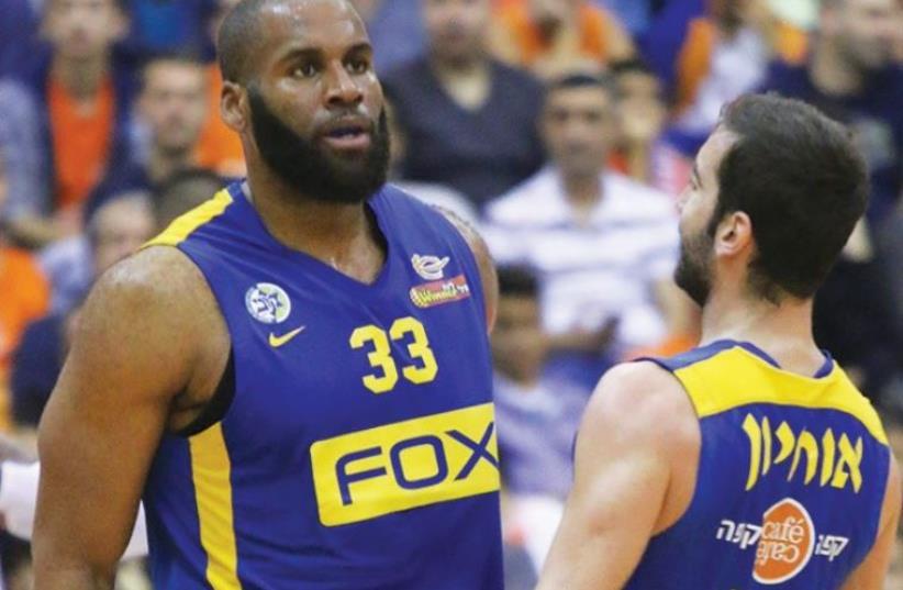 Maccabi Tel Aviv forward Arinze Onuaku (left) and guard Yogev Ohayon (photo credit: ADI AVISHAI)