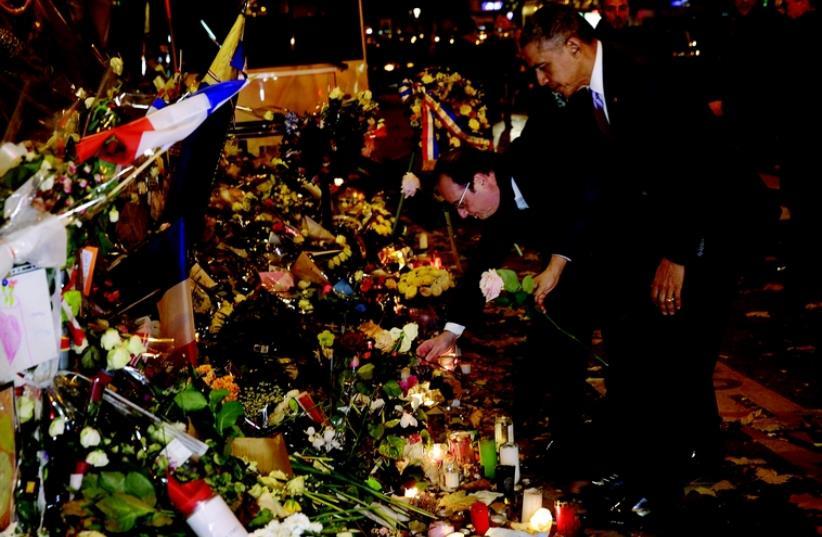 Recueillement du présidebnt Obama devant le Bataclan (photo credit: REUTERS)