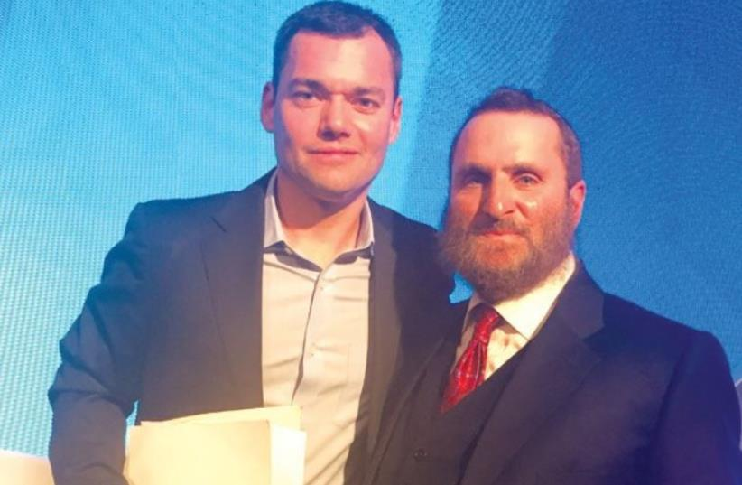 SHMULEY BOTEACH poses for a photograph with Peter Beinart (photo credit: ARSEN OSTROVSKY)