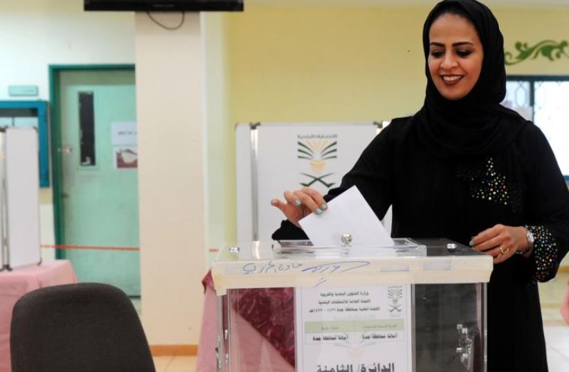 A woman in Saudi Arabia voting for the first time (photo credit: AFP PHOTO)