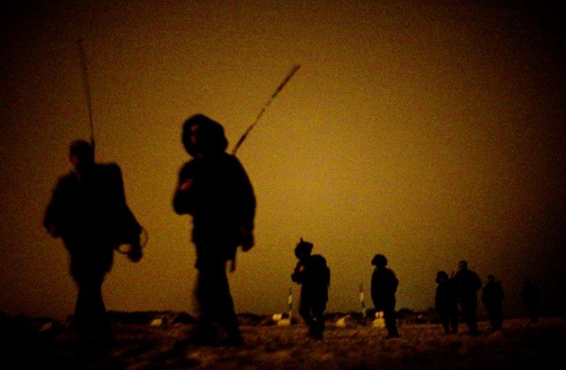 Entraînement nocturne pour Tsahal (photo credit: REUTERS)