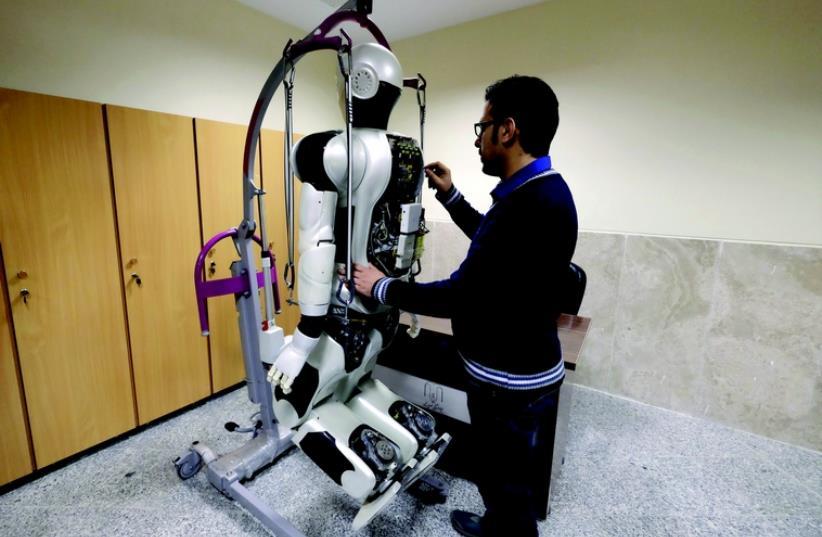 Développements de robots à l'université de Téhéran (photo credit: REUTERS)