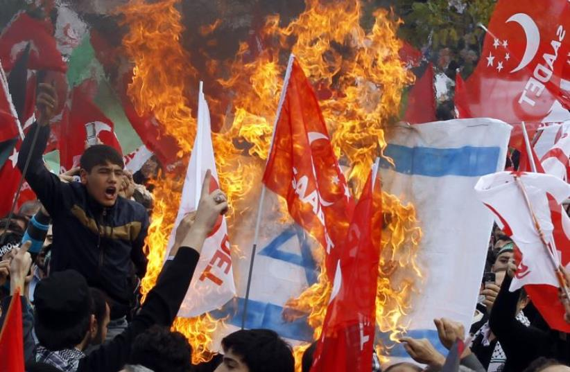 Turks stage an anti-Israel protest in Istanbul (photo credit: REUTERS)