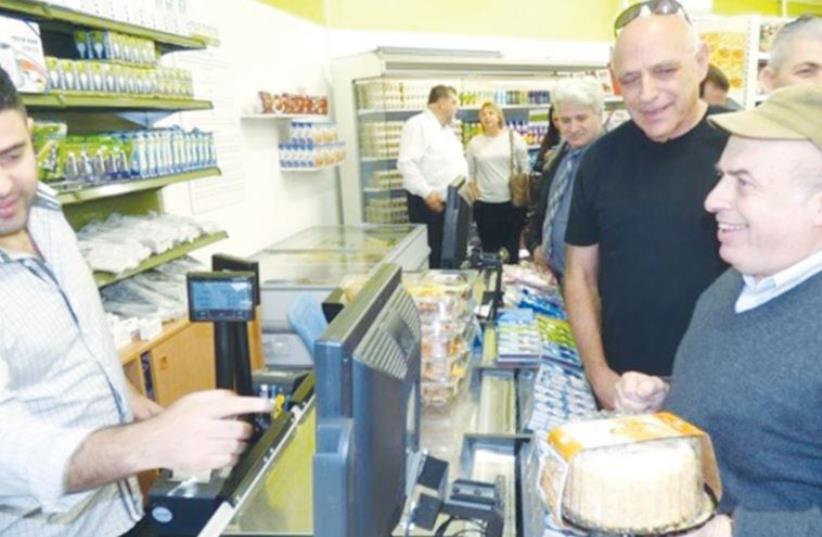 Jewish Agency Chairman Natan Sharansky shops at the Sderot co-op CityMart (photo credit: DAVID SHECHTER/JEWISH AGENCY)